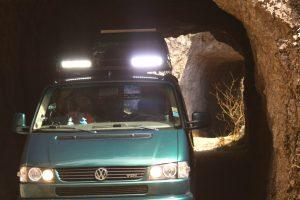 in den Berg gehauene Tunnel... immer wieder