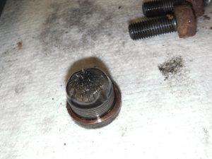Ganz schön Späne in so einem Getriebe nach 270.000 km... zum Glück gesammelt an der magnetischen Ablassschraube vom Winkeltrieb.