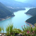 traumhafter Blick auf den Piva Lake in Montenegro